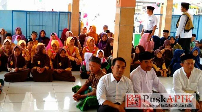 Calon penerima bantuan/zakat saat mendengarkan ceramah di masjid Al Falah desa Ketapang (foto : redaksi)