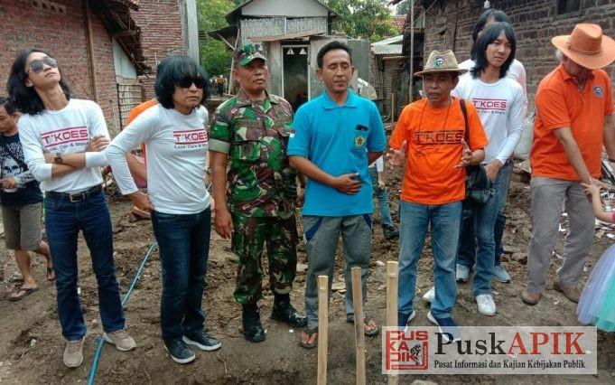 T'KOES band berfose bareng kades Purwosari Comal (Mohanto) beserta Danramil 04/Comal ( Lettu cba Supardi, S.H) di lokasi bantuan bedah rumah. ( Fotot : dok)